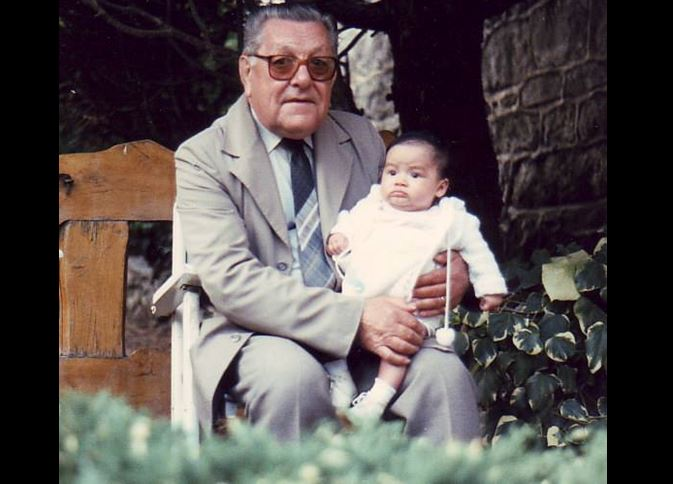 Su abuelo adoptivo fue otra persona importante en su vida.