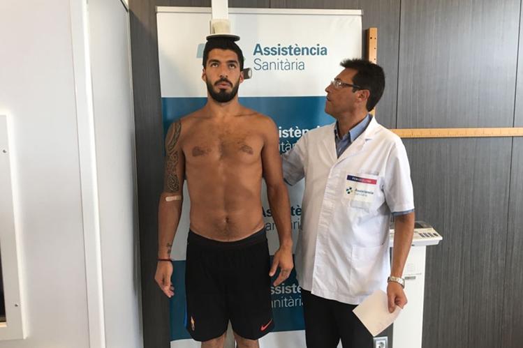 El delantero uruguayo, Luis Suárez, pasa las pruebas médicas en el primer día de pretemporada. (Foto Prensa Libre: cortesía FC Barcelona)