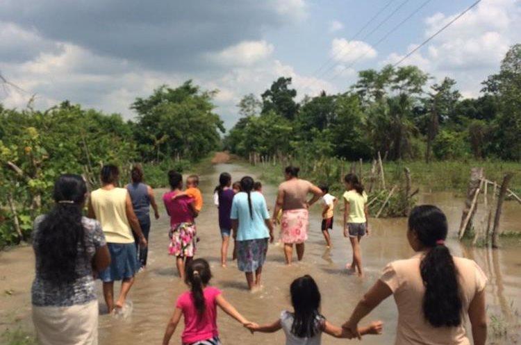 Pobladores tuvieron que abandonar su vivienda por temor a inundaciones. (Foto Prensa Libre: Rolando Miranda)