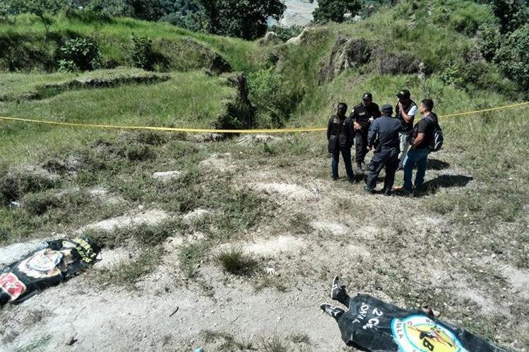 Alrededor de los cuerpos se encontraron varios casquillos de bala. (Foto Prensa Libre: Estuardo Paredes)