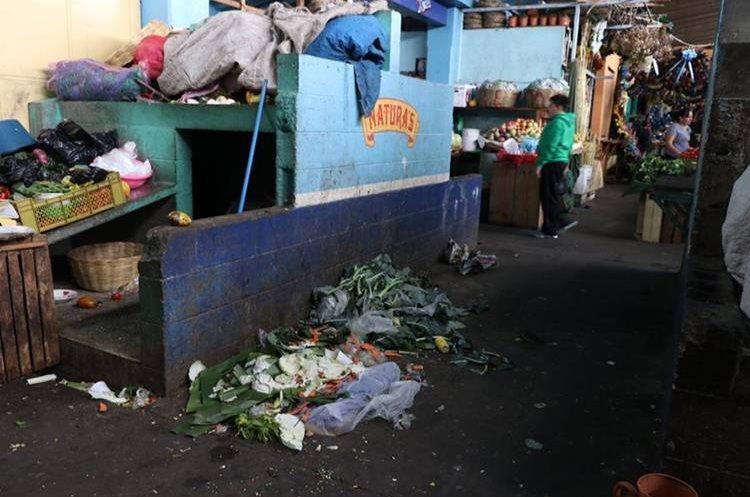 En el mercado central de Antigua Guatemala, Sacatepéquez, los desechos son acumulados en el interior, lo que causa contaminación. (Foto Prensa Libre: Renato Melgar)
