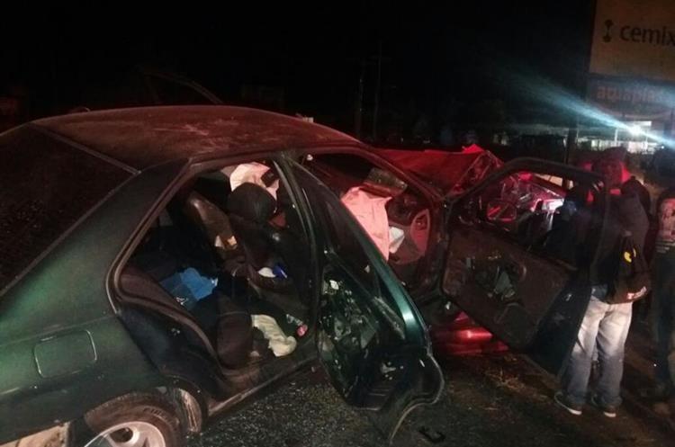 El vehículo verde era conducido por un hombre que quedó herido. (Foto Prensa Libre: Edy Paz/Bomberos Voluntarios).