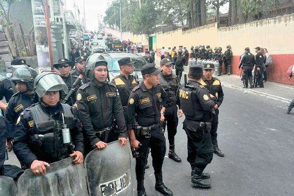 Antimotines en  Mixco por  agresiones entre  simpatizantes  de Líder y PP. (Foto Prensa Libre: E. Pardes)
