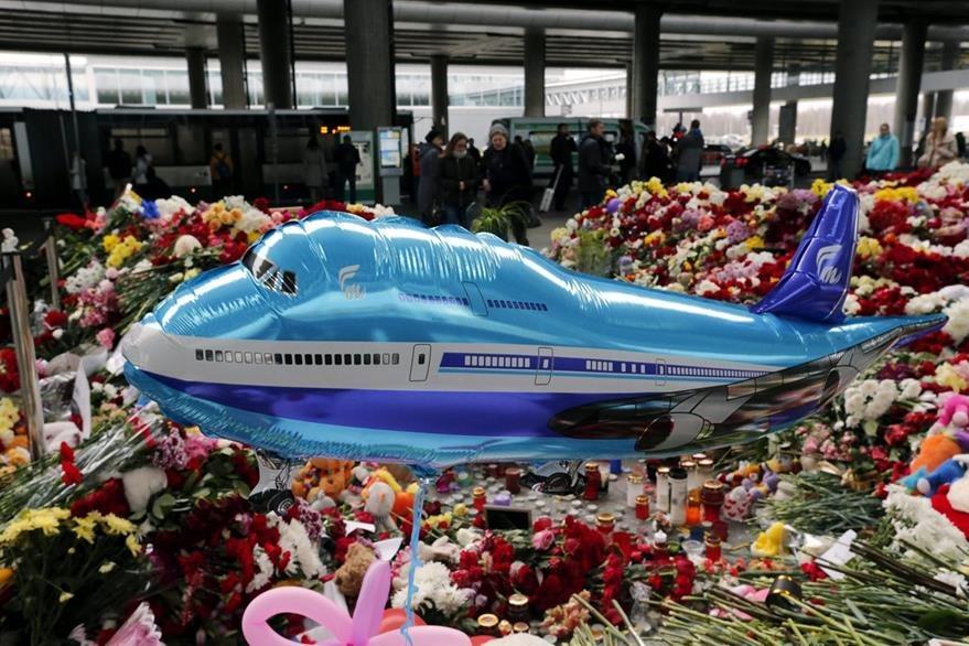 Altar en memoria de las víctimas del siniestro montado en el aeropuerto Pulkovo de San Petersburgo, Rusia. (Foto Prensa Libre: EFE).