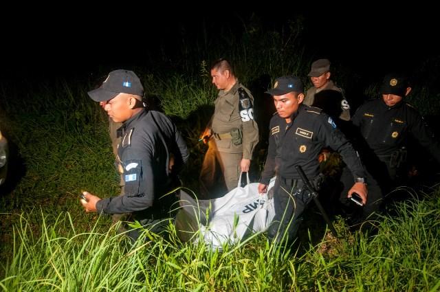 Agentes de la PNC trasladan el cuerpo de Catarina Velásquez Mendoza a la morgue de Petén. (Foto Prensa Libre: Rigoberto Escobar)