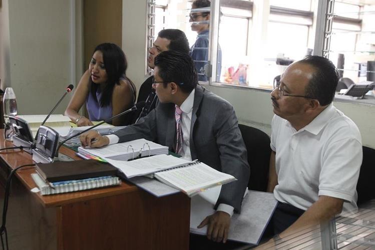 La jueza Julissa Analys Gil Núñez y su secretario, Erick Santiago Ramírez Lorenzo -de playera blanca- son señalados por discriminación y abuso de autoridad. (Foto Prensa Libre: Paulo Raquec)