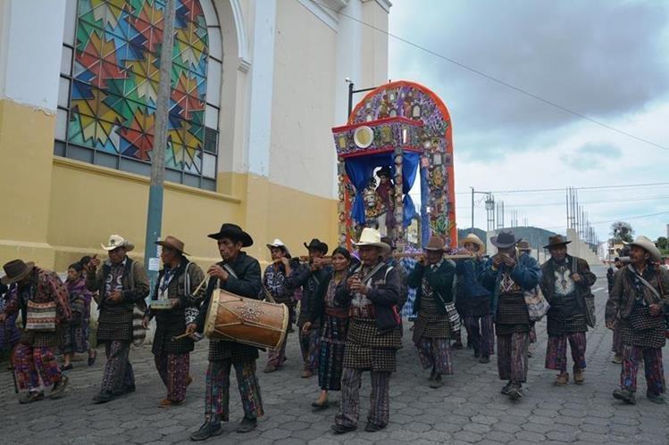 Integrantes de la Cofradía de San Martín y San Diego, en la cabecera de Sololá, participan en procesión. (Foto Prensa Libre: Édgar René Sáenz)