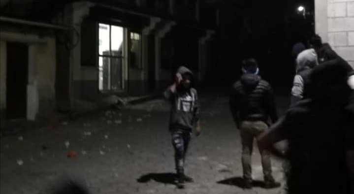 Algunos vecinos lanzan piedras a la sede de la PNC de Santa Clara La Laguna, Sololá, en su exigencia porque les la entregaron a dos detenidos acusados de robo. (Foto Prensa Libre: Cortesía Nim TV)