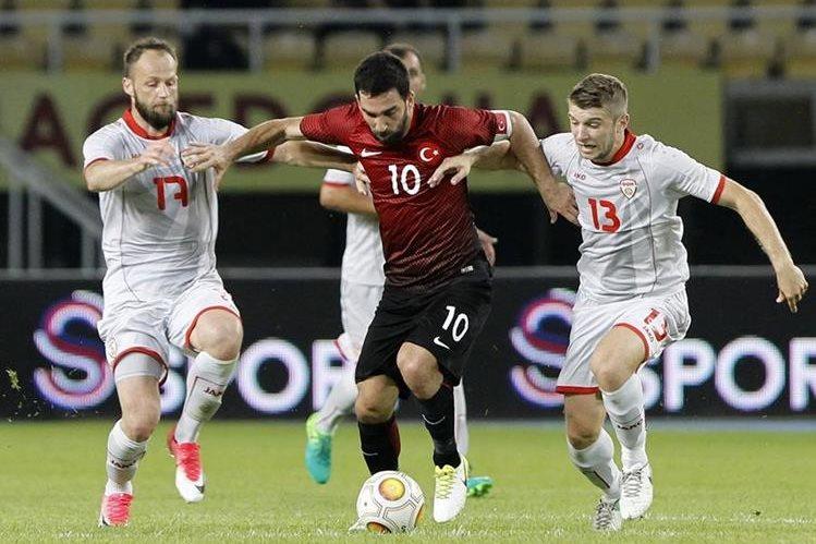 Arda Turan jugó ayer con Turquía en el juego amistoso frente a Macedonia. (Foto Prensa Libre: AP)