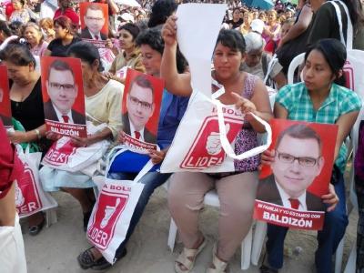 Simpatizantes de Líder reciben bolsas y artículos donde destaca la fotografía de Manuel Baldizón. (Foto Prensa Libre: Edwin Bercián)