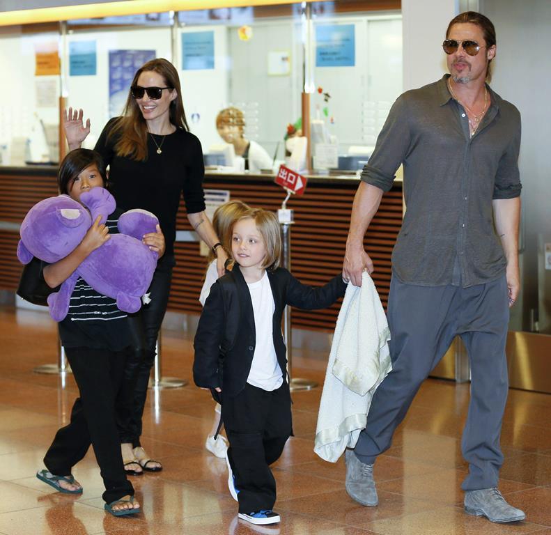 Jolie y Pitt junto a sus hijos Pax Thien, Shiloh y Knox en el aeropuerto de Tokio  en 2013. (Foto Prensa Libre: EFE)