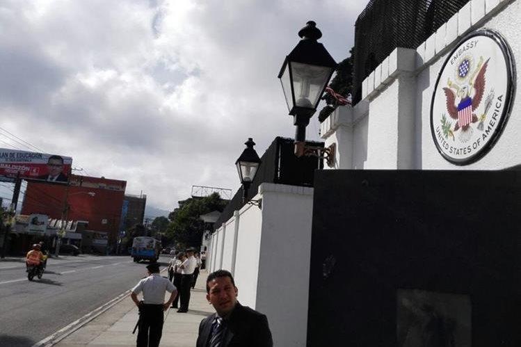 La seguridad en la embajada de los Estados Unidos fue reforzada por medidas de seguridad. (Foto Prensa Libre: E. Bercian)