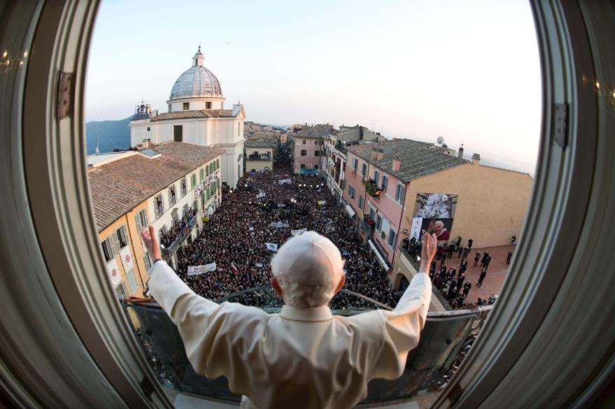 Una gran multitud de peregrinos abarrotó la plaza de La Libertad en Castel Gandolfo para recibir la última bendición del Papa Benedicto XVI el 28 de marzo de 2013. (Foto: AP)
