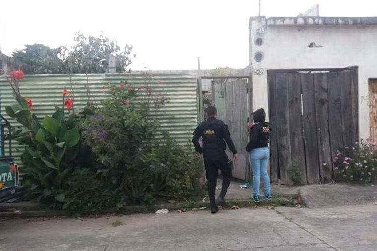 Agentes de MP y PNC efectúan allanamientos contra extorsionistas en cuatro departamentos. (Foto Prensa Libre: PNC)