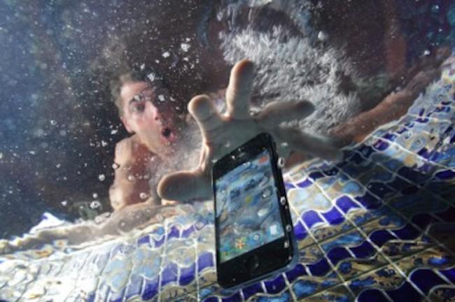 """No entre en pánico si su móvil se cae en una piscina. Es probable que lo pueda recuperar con """"vida"""", pero deberá tener paciencia y saber actuar sin dejarse llevar por falsos métodos. (Foto: Hemeroteca PL)."""