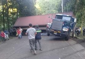 Tráiler obstaculiza la ruta entre Retalhuleu y Quetzaltenango desde anoche. (Foto: Cortesía Eddy Calderón)