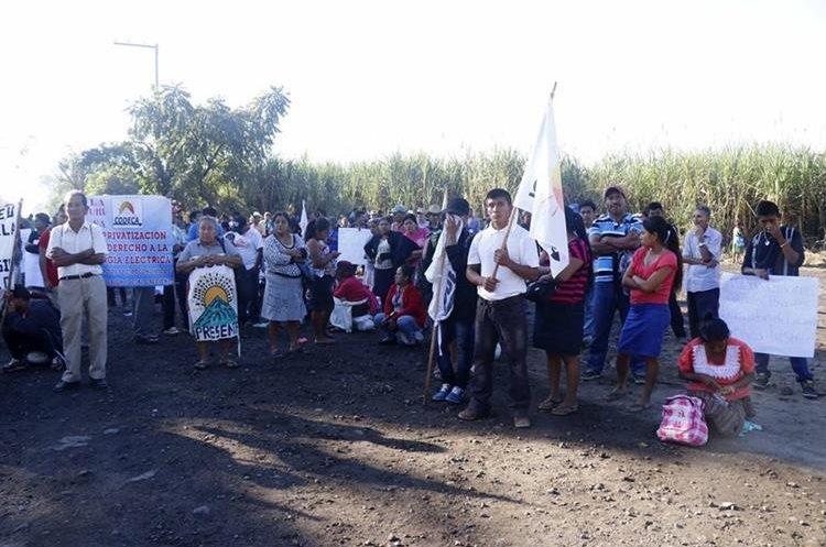 Según los manifestantes los bloqueos se deben a la falta de compromisos por parte de las empresas azucareras que operan en Retalhuleu. (Foto Prensa Libre: Rolando Miranda)