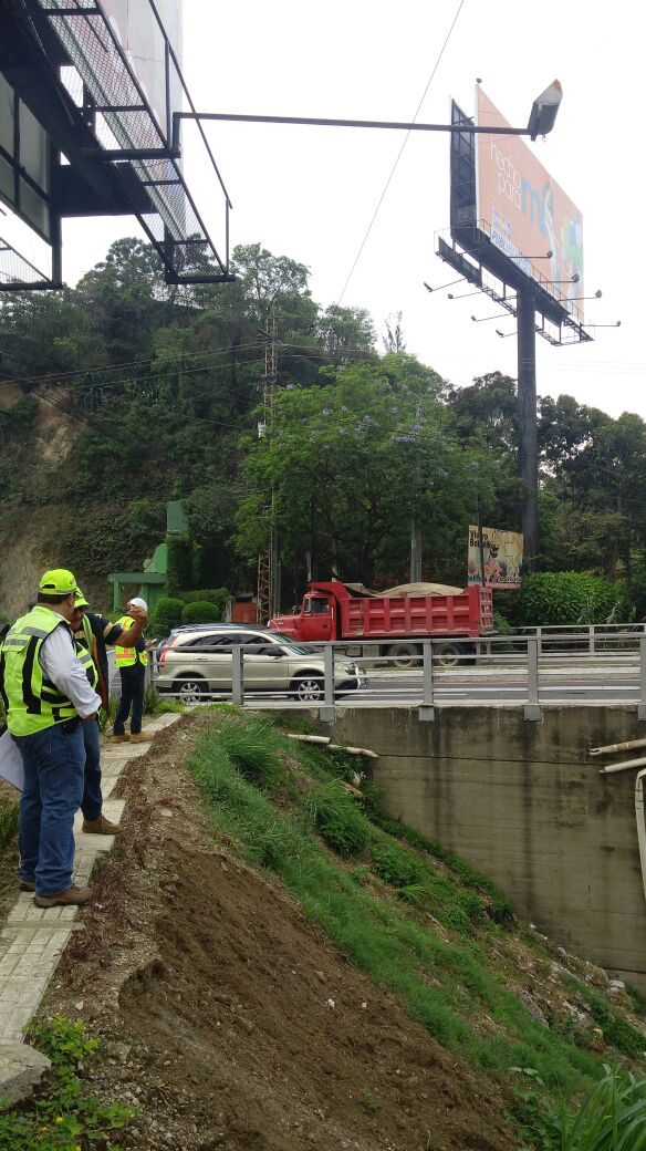 Profesionales de la empresa Grupo Muratori, empresa que pretende reparar el puente Belice, revisaron la estructura el pasado jueves. (Foto Prensa Libre: Cortesía Grupo Muratori)
