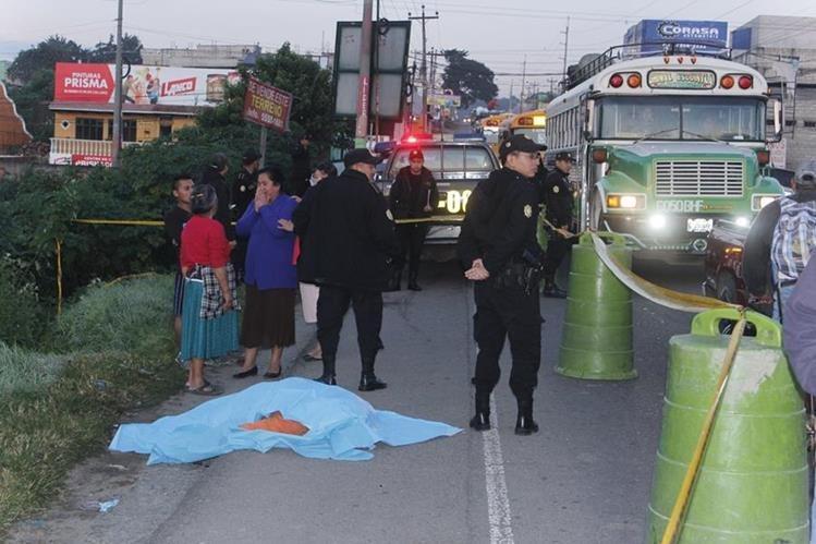 El cadáver de un hombre que murió arrollado en Chimaltenango es resguardado por autoridades. (Foto Prensa Libre: Víctor Chamalé)