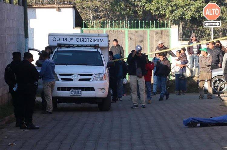 Escena del crimen contra un joven en El Tejar, Chimaltenango. (Foto Prensa Libre).