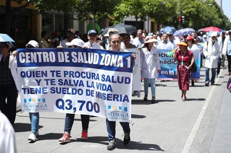 Médicos marcharon el 25 de julio por las calles del Centro Histórico para exigir mejoras salariales. (Foto Prensa Libre: Esbin García)