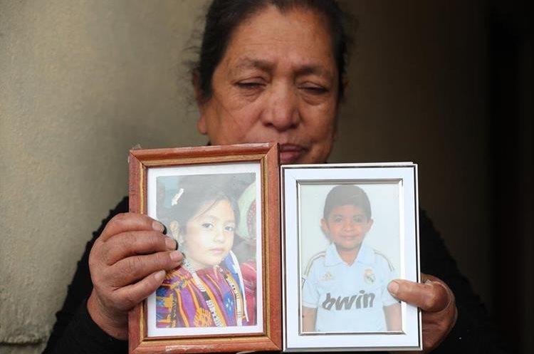 La abuela de Diego y Jennifer sostiene las fotografías de sus nietos. (Foto Prensa Libre: Érick ÁVila)