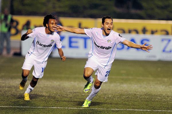 Carlos Figueroa celebra su gol. Los albos consiguieron llegar nuevamente a la final de un torneo corto, y van en busca de su sexto campeonato al hilo. (Foto Prensa Libre: Óscar Felipe)