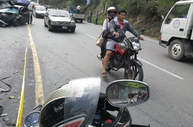 Autoridades tratan de establecer las causas del accidente. (Foto Prensa Libre: Érick Ávila)