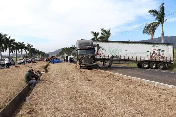 El tráiler bloqueó por varios minutos la carretera. (Foto Prensa Libre: Enrique Paredes)