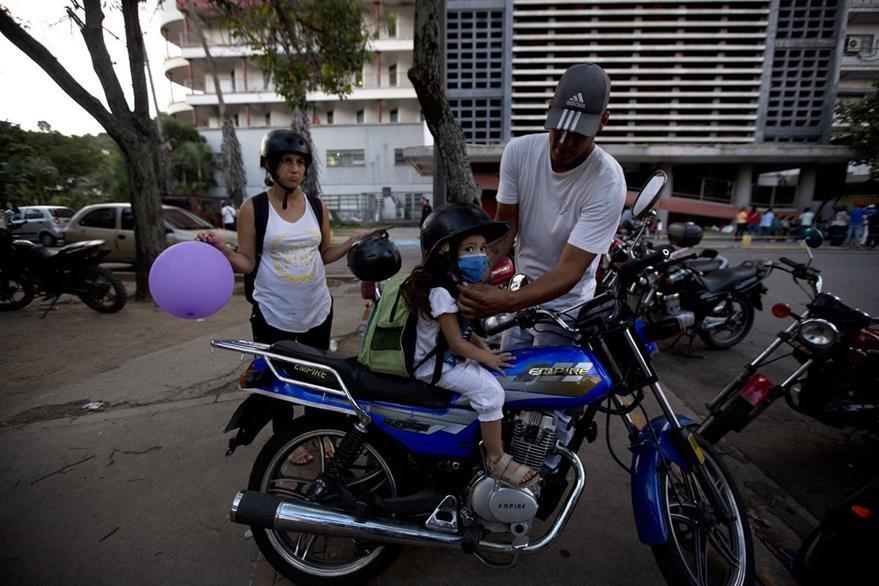 Después de días eternos, Ashely y su familia salen del hospital de Caracas. (Foto Prensa Libre: AP).