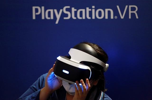 Los cascos PlayStation VR ofrecen experiencias inmersivas de ocio. (Foto Prensa Libre: AP).