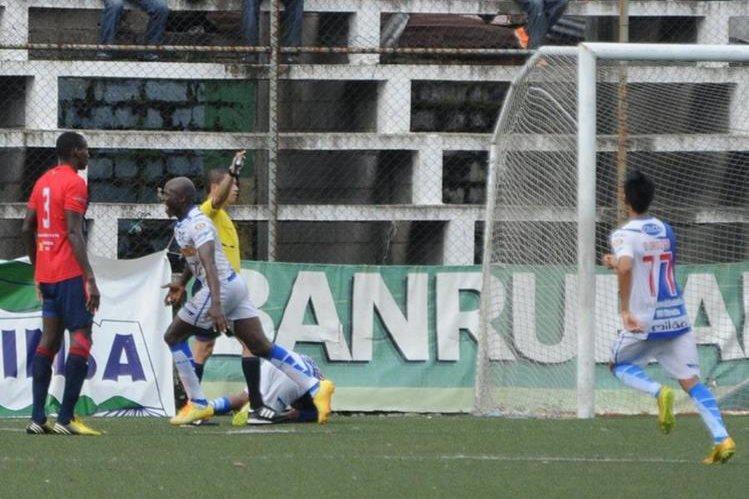 Jhon Cordóba festeja luego de anotar el primer gol de los vendados frente a los toros. (Foto Prensa Libre: Álexander Coyoy)