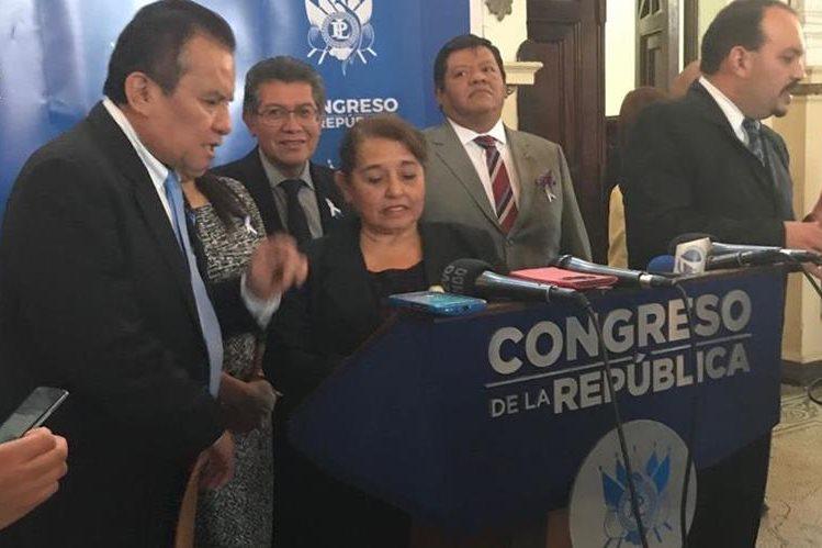 La diputada Flor de María Chajón, explicó la iniciativa de ley, antes de que iniciara la sesión plenaria de este martes. (Foto Prensa Libre: Eddy Recinos)