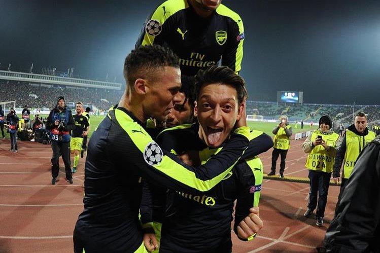 Mesut Ozil festeja con sus compañeros, después de marcar. (Foto Prensa Libre: Twitter Arsenal)