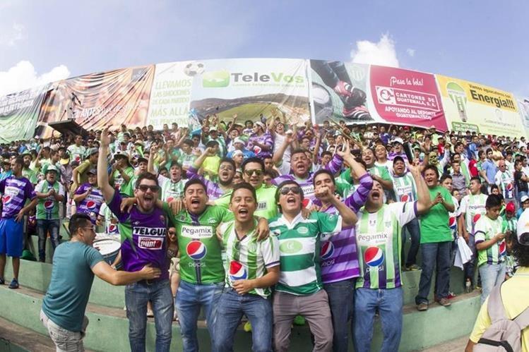 Los aficionados de Antigua GFC festejaron a lo grande. (Foto Prensa Libre: Norvin Mendoza)