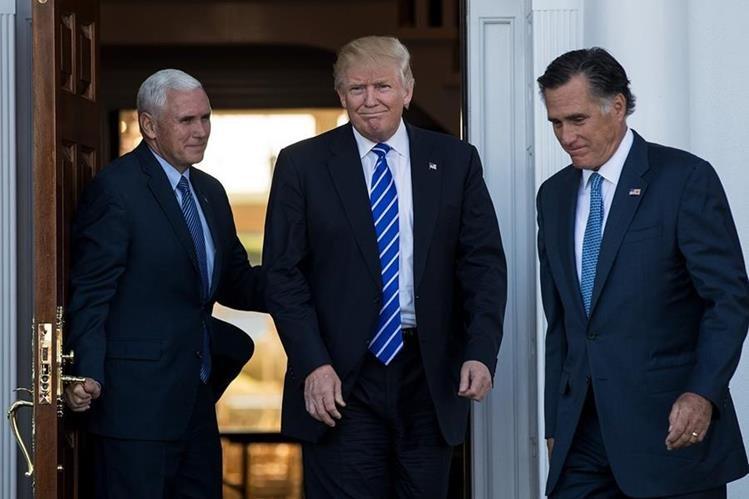 La dupla presidencial electa de EE. UU. Donald Trump (c) y Mike Pence (i), salen de una reunión con Mitt Romney (d). (Foto Prensa Libre: AFP).