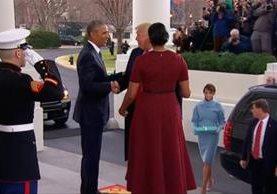 Captura del video donde Trump llega a la Casa Blanca y deja atrás a su esposa Melania. YouTube