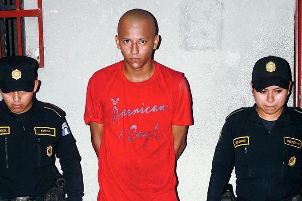 Bernardo Lee  Barrios fue capturado por agentes de la PNC en Morales, Izabal, sindicado de asesinato y extorsión. (Foto Prensa Libre: Edwin Perdomo)