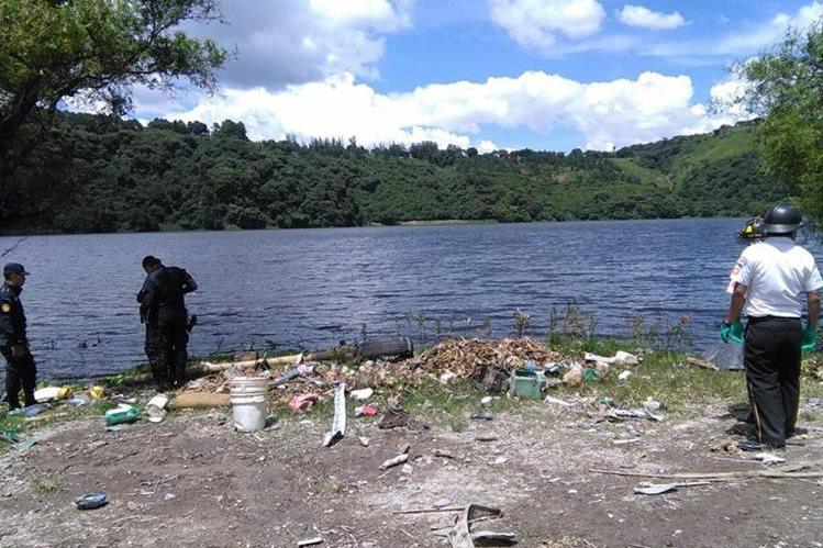 Bomberos y policías en el Lago de Amatitlán recuperan el cuerpo de un menor de que fue arrastrado desde Villa Nueva. (Foto Prensa Libre: Estuardo Paredes)