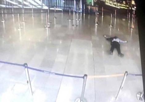 Fotografía tomada de un monitor muestra al supuesto atacante que fue ultimado en el Aeropuerto, Orly, París. (Foto Prensa Libre: AFP)