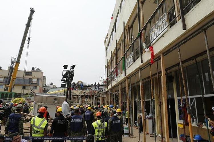 Elementos de la Marina realizan labores de rescate entre los escombros del destruido Colegio Enrique Rébsamen. (Foto Prensa Libre: EFE)