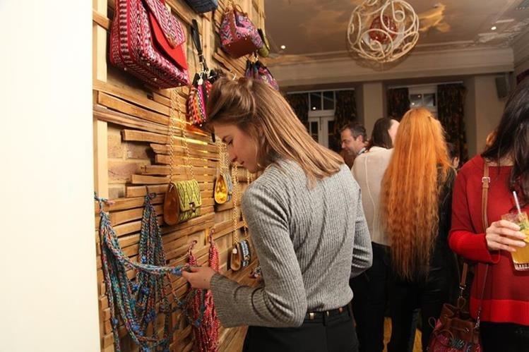 Asistentes al stand dedicado a Guatemala, donde se exhibieron creaciones de diseñadores nacionales en el marco de la London Fashion Week. (Fotos: cortesía de Raquel Valladares)