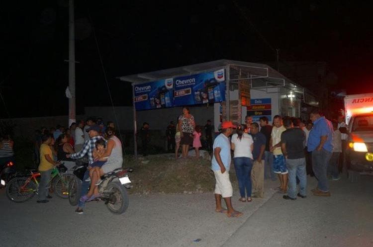 Vecinos se reúnen en el lugar donde murió un presunto asaltante. (Foto Prensa Libre: Rigoberto Escobar).