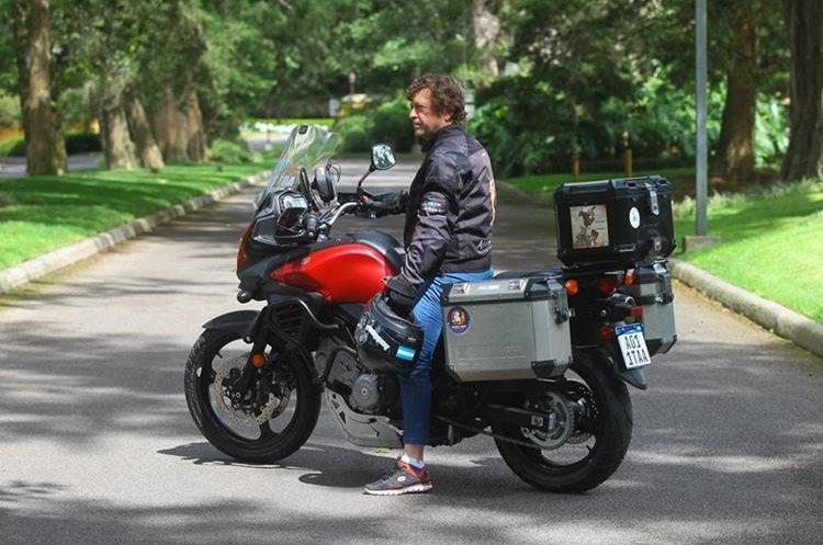 Fernando gasta alrededor de US$30 diarios en combustible para continuar el viaje en su moto Suzuki V-Strome 650.
