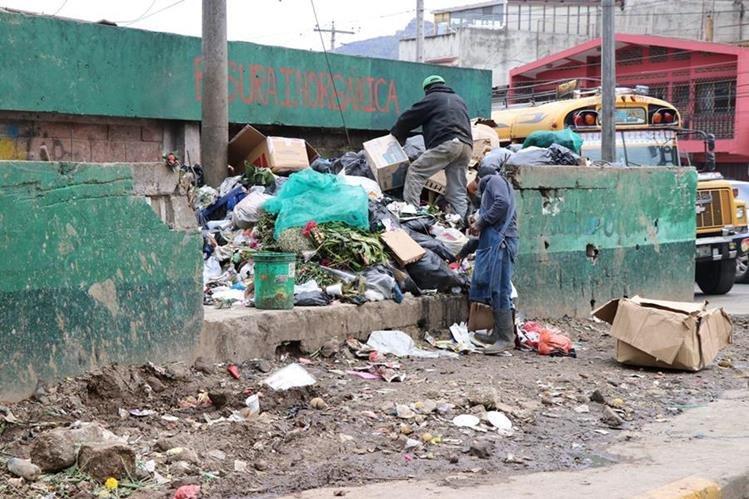 El mercad de la Terminal Minerva, en Xela, produce cada día cerda de 25 toneladas de basura. (Foto Prensa Libre: María José Longo)