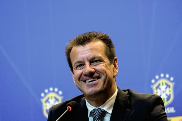 El entrenador de Brasil Carlos Verri conocido como  Dunga, anunció en conferencia de prensa los convocados de Brasil. (Foto Prensa Libre: AFP)