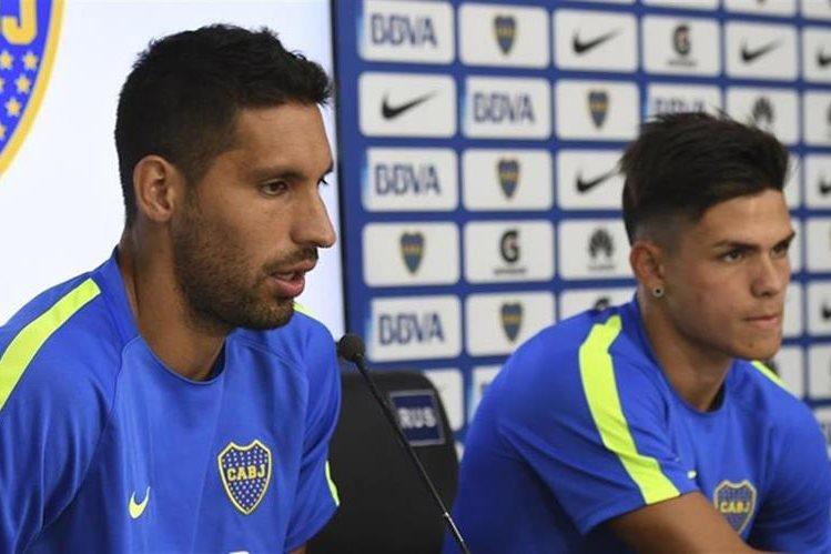 Juan Manuel Insaurralde y Jonathan Silva, compañeros en el club y que el martes defendían al mismo equipo en el entrenamiento, cobrarán este mes la mitad de su salario como parte de la sanción, vigente hasta fines de febrero. (Foto Prensa Libre: Tomado de Internet)