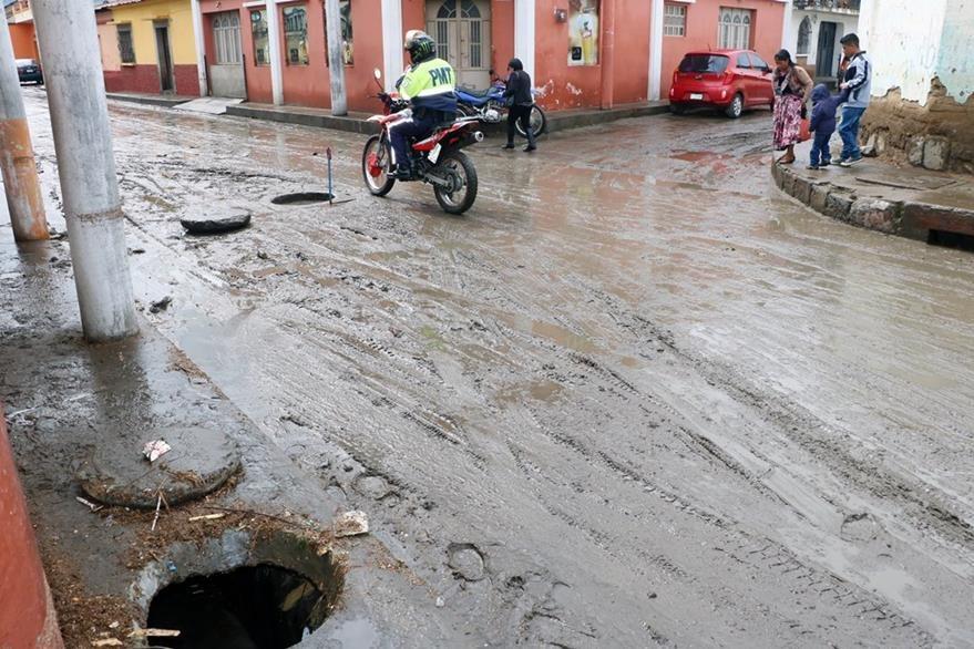El restaurante Lagartijas Sport Bar, en la 19 avenida de la zona 1 de Xela, se inundó debido a que el agua de lluvia salió por los tragantes.  (Foto Prensa Libre: Carlos Ventura)