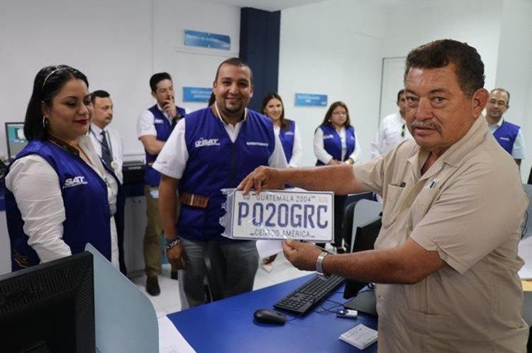 Oscar Sagastume, primer beneficiario del servicio, manifestó que es un proceso bastante rápido y que no demoro más de 25 minutos, lo que demuestra que es un servicio óptimo. (Foto Prensa Libre: Dony Stewart)