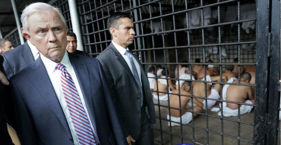 Jeff Sessions, fiscal general de EEUU, visita un celda en un centro de detención en San Salvador, El Salvador.(Foto prensa Libre:AP).
